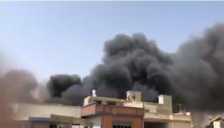 O avião danificou os telhados de algumas casas antes de cair e explodir em chamas