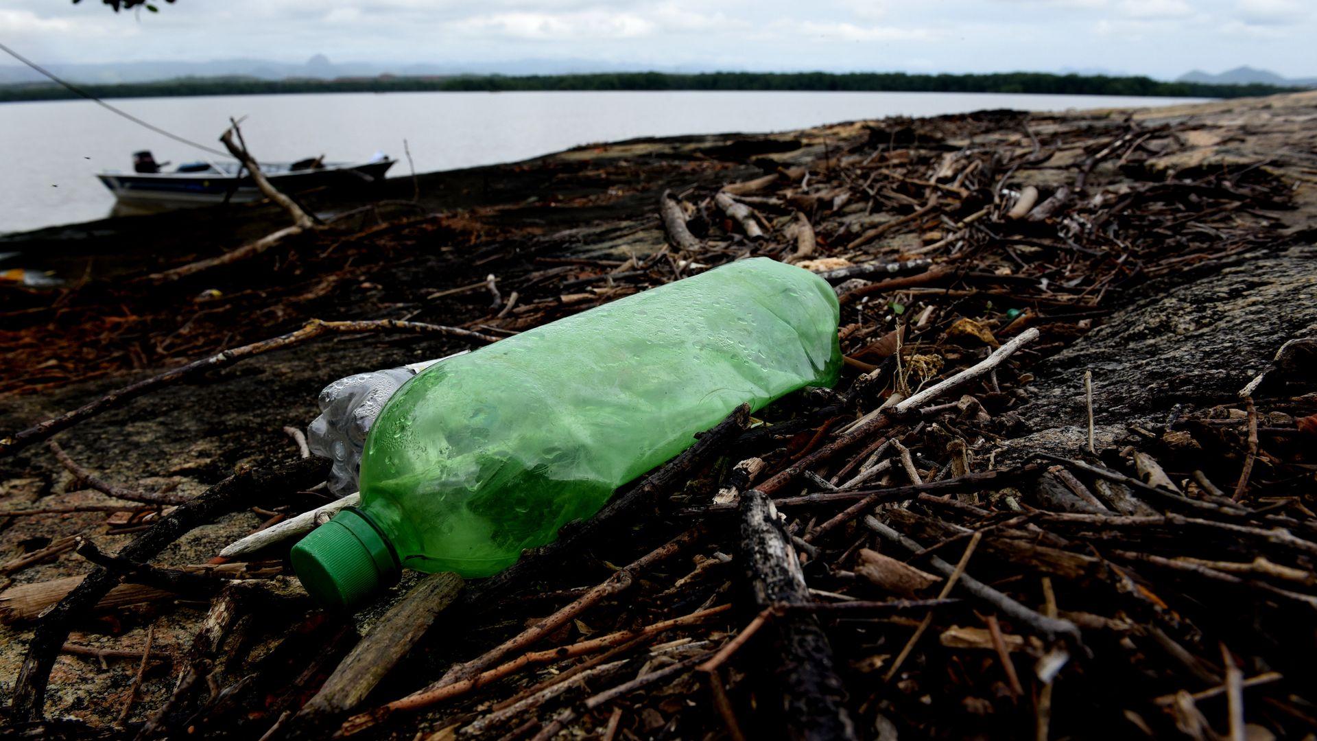 Data: 22/05/2020 - ES - Vitória - Lixo despejado pròximodo  manguezal ,em Vitória - Editoria: Cidades - Foto: Ricardo Medeiros - GZ