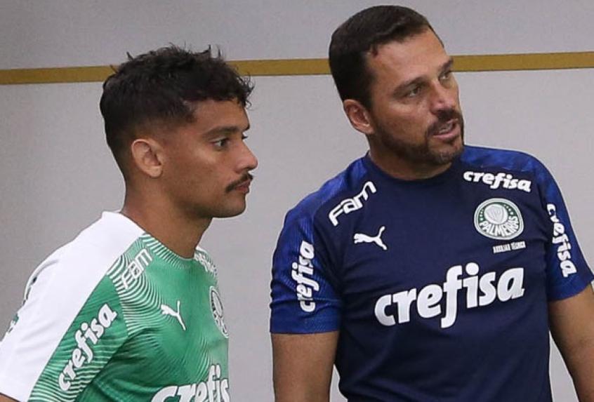 Crédito: Maurício Copertino conversa com Gustavo Scarpa para ajustar posicionamento (Agência Palmeiras/Divulgação