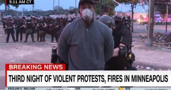 O repórter da CNN Omar Jimenez sendo algemado durante cobertura de protestos em Minneapolis, nos EUA