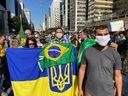 Apoiadores de Bolsonaro ostentam bandeira da Ucrânia junto a bandeira do Brasil durante protesto na avenida Paulista