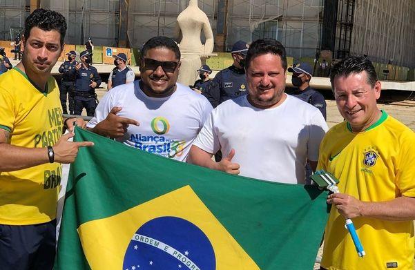 Diretor de segurança da Assembleia, Subtenente Assis; Alcemir Rodrigues e Walter Matias, assessores de Assumção; e o deputado estadual Capitão Assumção, em protesto pró-Bolsonaro em Brasília