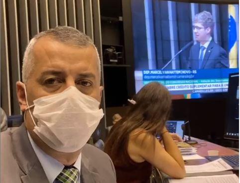 Evair de Melo acompanha, do plenário da Câmara, sessão ordinária