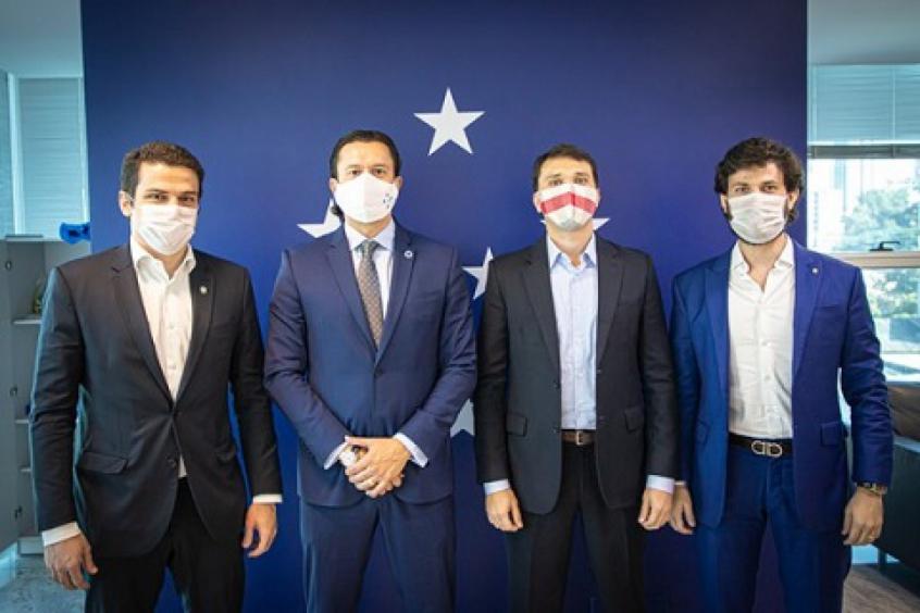 Crédito: Adriano Aro, segundo da direita para a esquerda, fez uma visita de cortesia ao novo presidente do Cruzeiro, Sérgio Santos Rodrigues, que assumiu o cargo nesta segunda-feira, 1º de junho-(Igor Sales/Cruzeiro