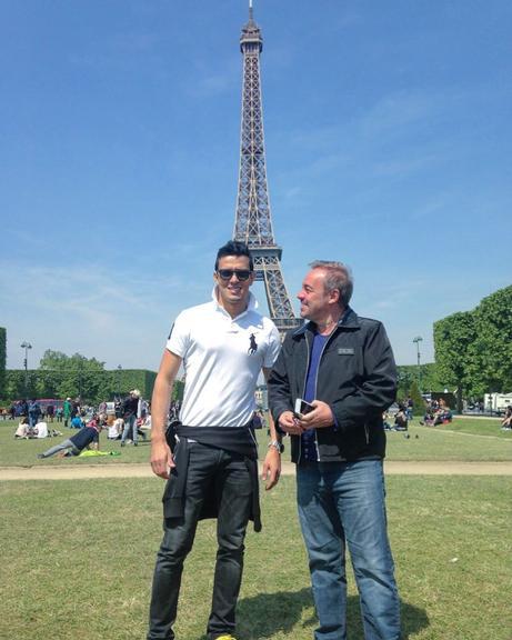 O chef de cozinha Thiago Salvático e o apresentador Gugu Liberato em Paris, na França