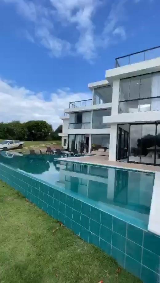Frame retirado de vídeo mostra parte da fachada da mansão em que vão morar Wanessa Camargo, o marido, Marcus Buaiz e os filhos em condomínio de luxo da Serra (ES)
