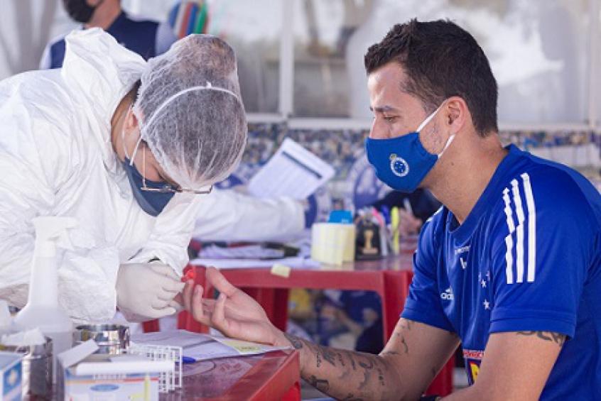 Crédito: O goleiro Fábio em mais um teste para detectar a presença do coronavírus nas pessoas que atuam na Toca da Raposa II-(Gustavo Aleixo/Cruzeiro