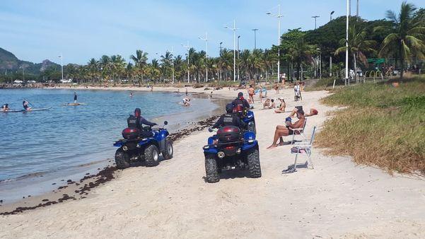 Guarda Municipal de Vitória circula nas praias pedindo para as pessoas ficarem em casa neste sábado (6)