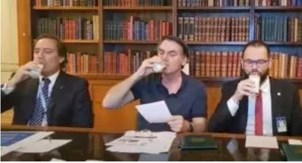 Bolsonaro bebe leite em live