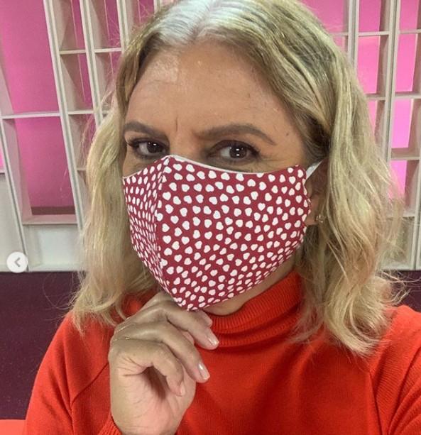 A jornalista Astrid Fontenelle está assumindo os cabelos brancos na quarentena