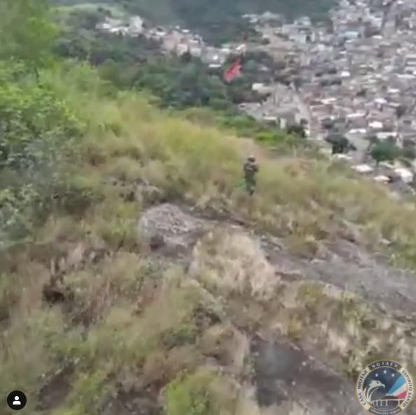 Militares retiram bandeira vermelha do Morro do Macaco