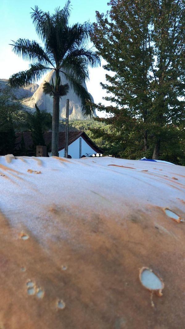 Com a Pedra Azul ao fundo, a lona que cobre o carro a camionete na propriedade do morador Leonardo Cebin amanheceu com muito gelo