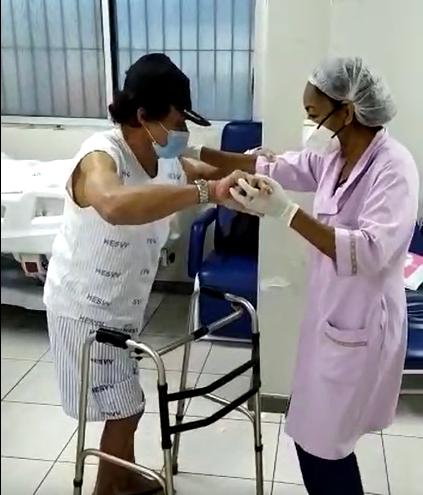 Aos 80 anos, Antônio Martins leva radinho para a fisioterapia e se diverte com Alemão do Forró