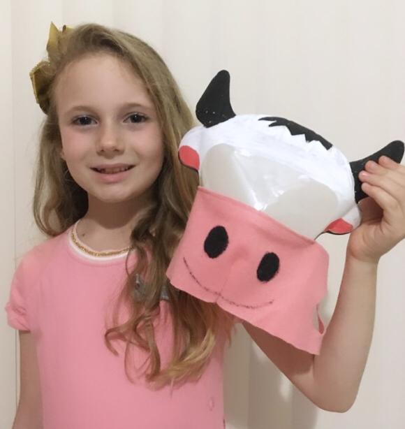 Com ajuda da mãe, Hellen Bonicenha, de 7 anos, fez máscara de vaquinha