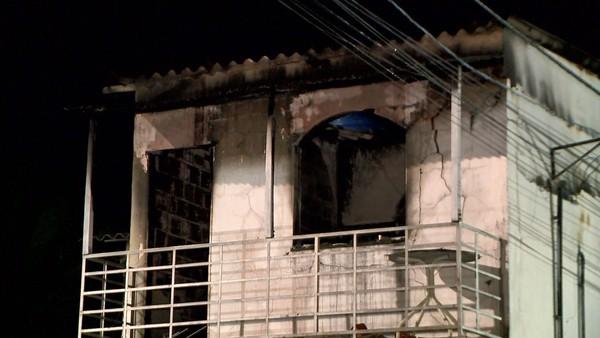 Parte da casa foi destruída pelo incêndio, na Serra