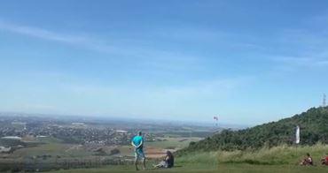 Vídeo mostra momento em que homem cai de parapente em Viana