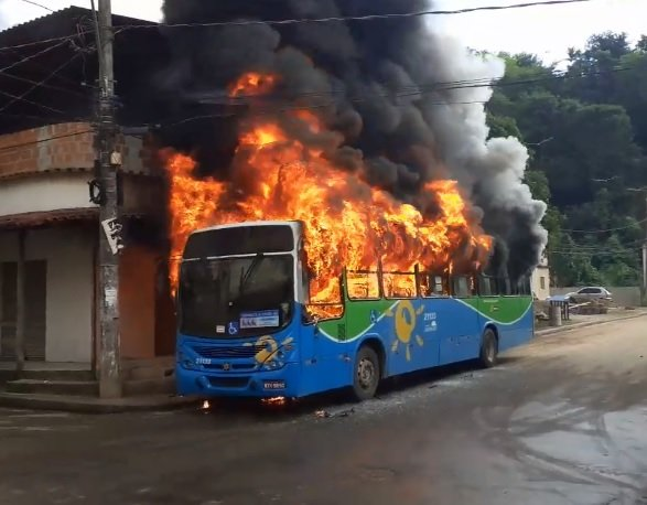 Ônibus incendiado em Viana