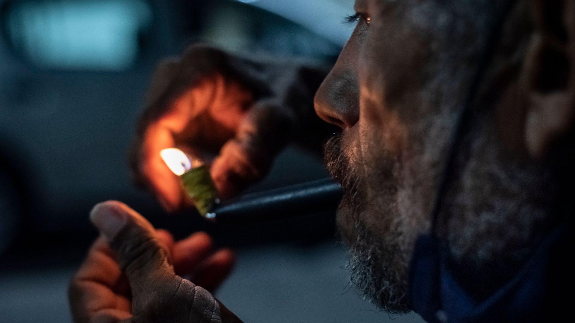 Usuário consome o crack nas ruas da Praia do Suá, em Vitória