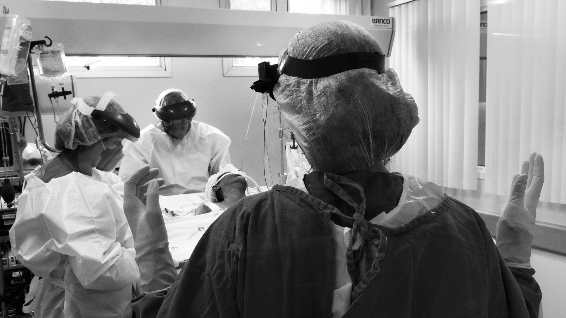 Médico se preparam para um pequeno procedimento cirúrgico