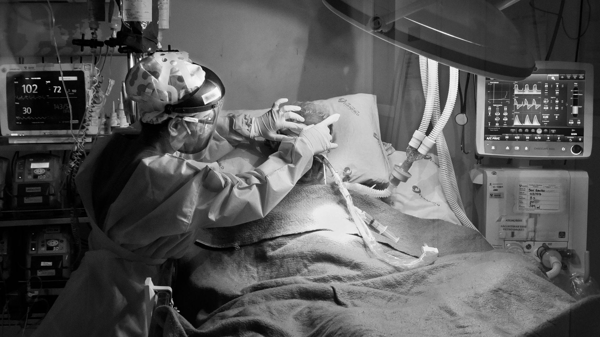 Paciente em estado grave, respirando com ajuda de aparelhos, por causa da infecção do novo coronavírus
