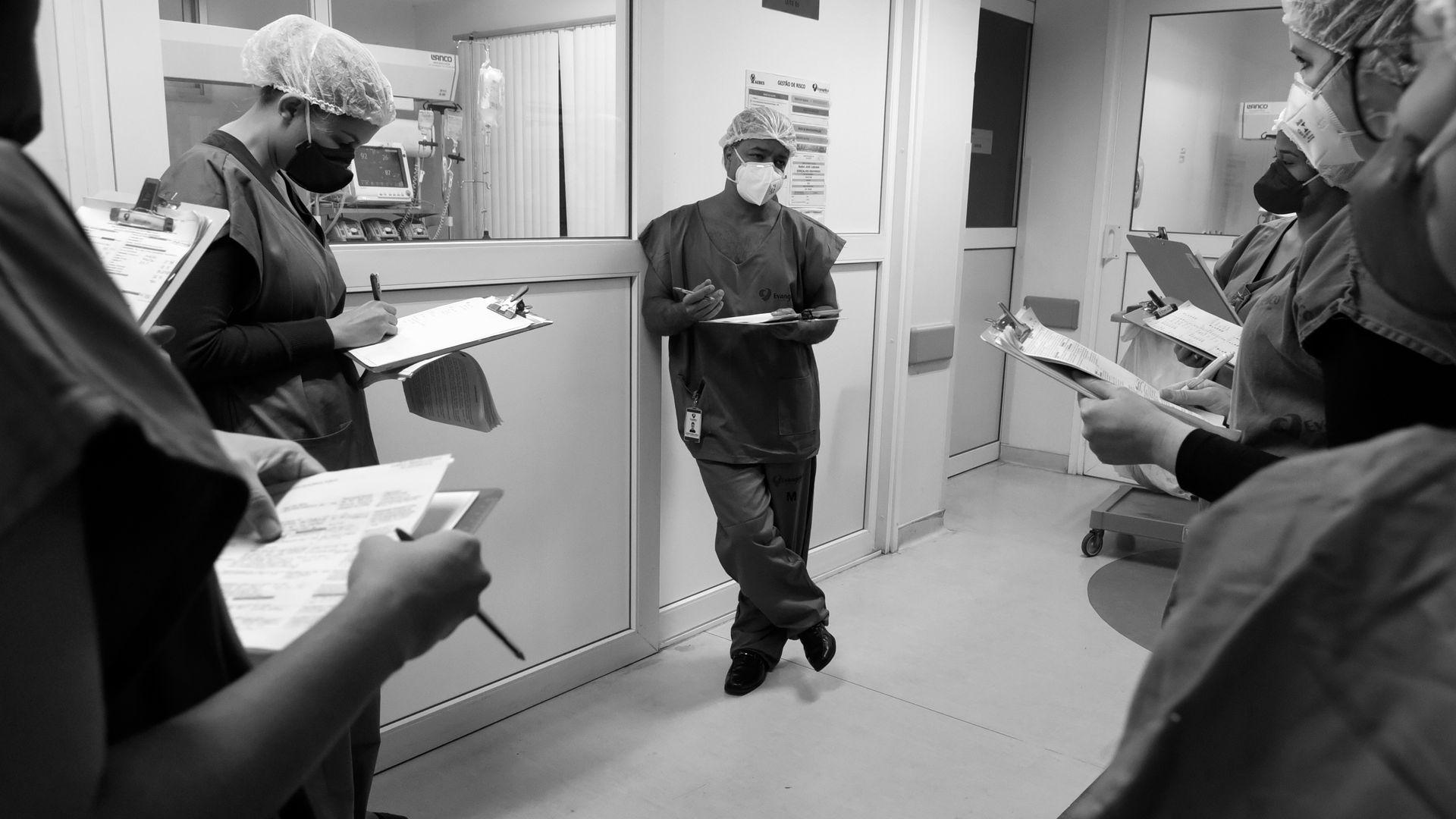 Doutor Junior ouve o relato sobre o estado de saúde do internado e, depois, traça com a equipe a melhor conduta para o tratamento