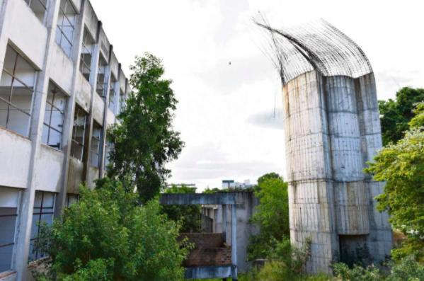 Obras inacabadas na escola Aristóbulo Barbosa Leão