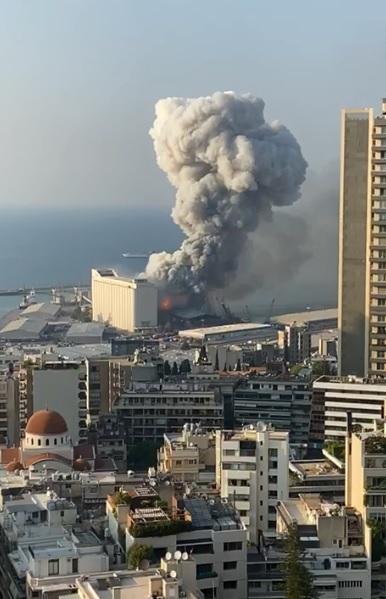 Grande explosão atinge área portuária de Beirute
