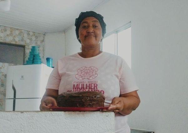 Jucileia Santos Ribeiro passa o conhecimento culinário para vítimas de violência doméstica