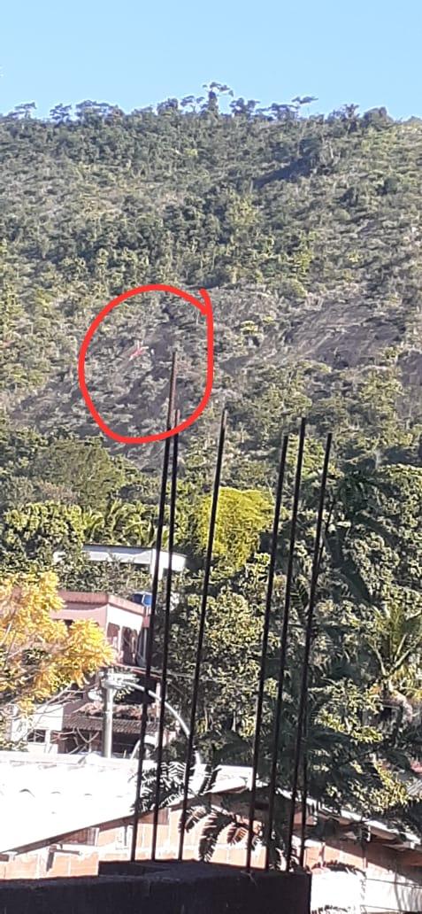 Piloto de parapente faz pouso forçado na Pedra do Urubu, em Viana