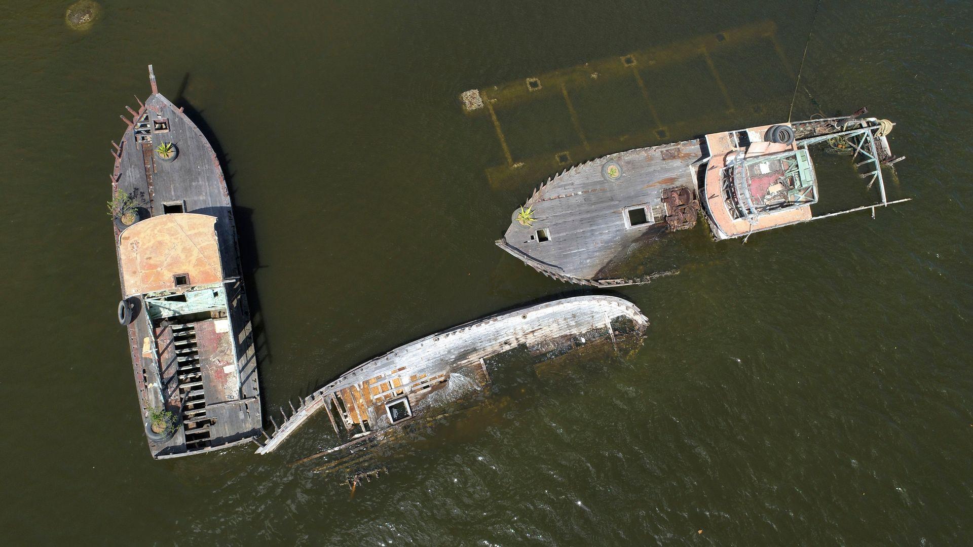 Aos poucos a água vai invadindo os barcos até atingir o convés.