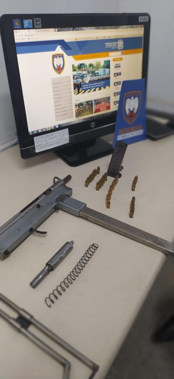 A imagem mostra os materiais para a fabricação das armas caseiras.