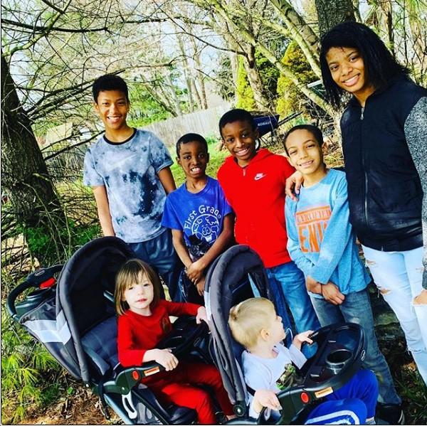 A capixaba Jaqueline James já tinha dois filhos quando decidiu adotar os sobrinhos e depois um casal de gêmeos