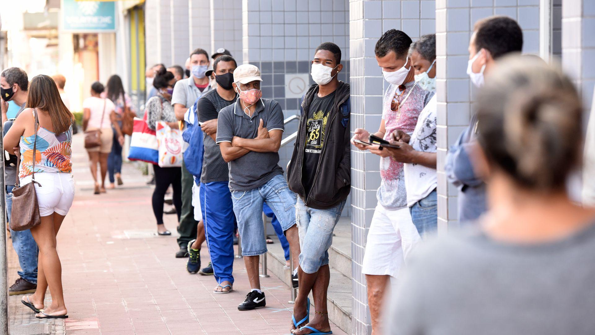 Fila do auxílio emergencial: pessoas à espera do saque do benefício