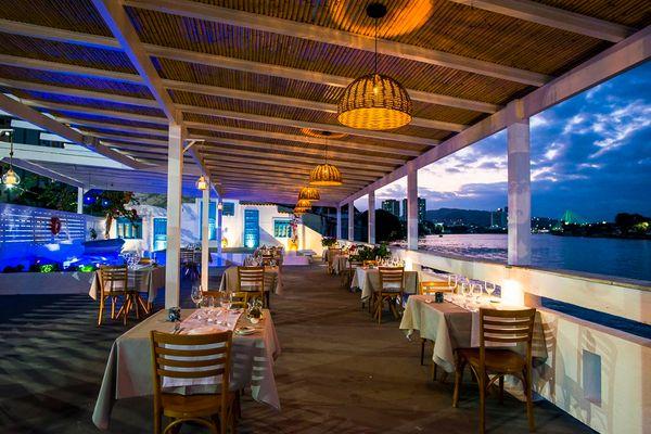 Πέργκολα έξω από το ελληνικό εστιατόριο Aio στη Βιτόρια