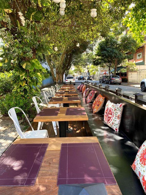 Παρκέ μπροστά από το εστιατόριο Don Aguilar στο πάρκο Das Caston Hiras