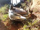Carro caiu em uma vala após o acidente em Barra de São Francisco