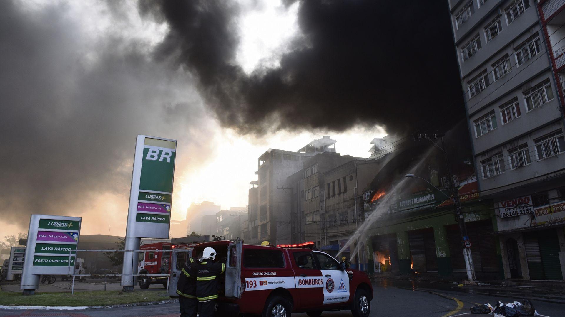 Data: 20/09/2019 - ES - Vitória - Bombeiros auxiliam no incêndio que destruiu o depósito da loja Alves e couros na Vila Rubim - Editoria: Cidades - Foto: Carlos Alberto Silva - GZ