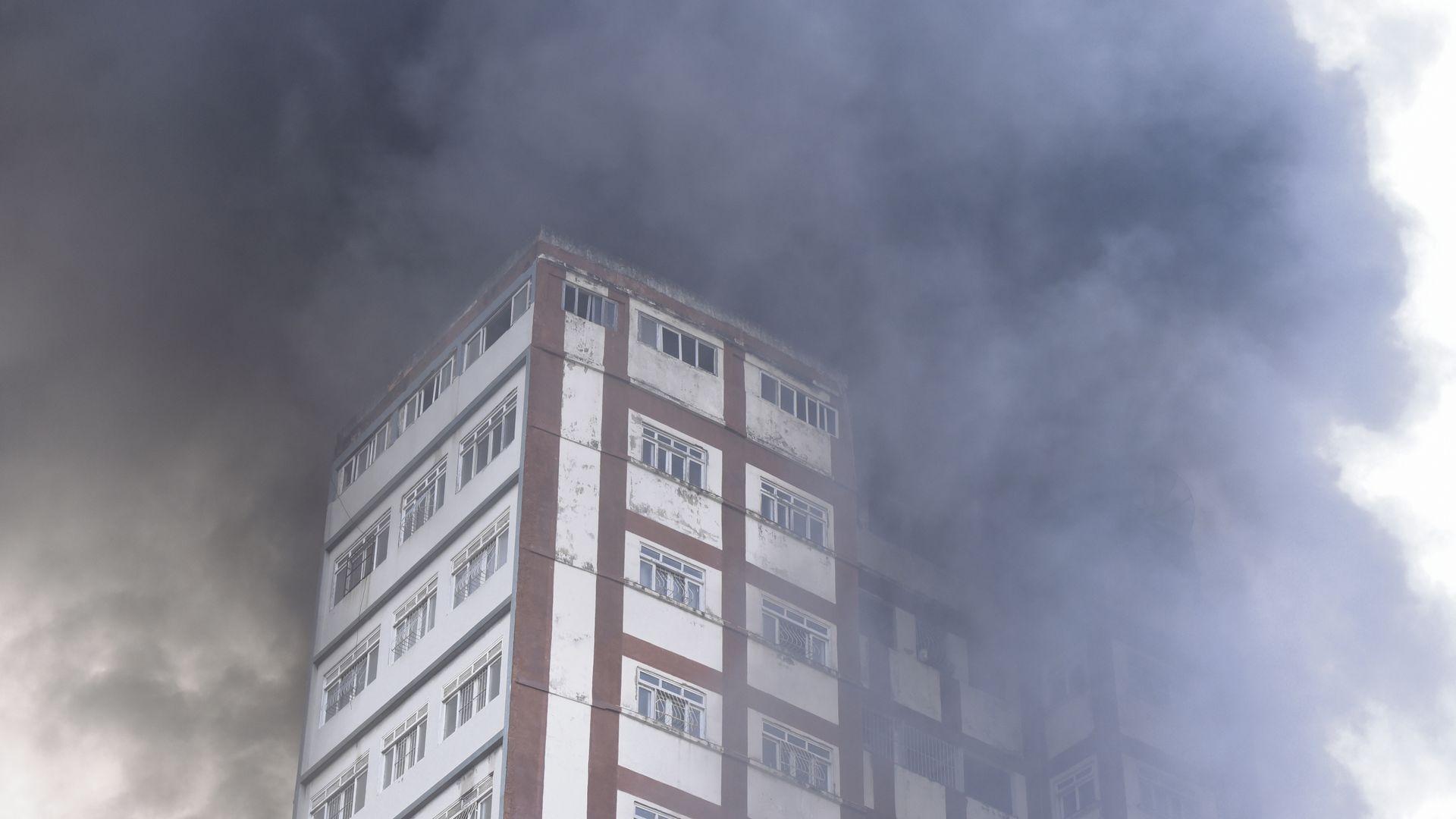 Data: 20/09/2019 - ES - Vitória - Incêndio destrói o depósito da loja Alves e couros na Vila Rubim - Editoria: Cidades - Foto: Carlos Alberto Silva - GZ