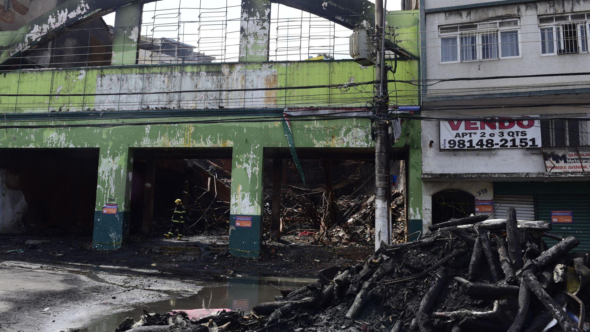 Data: 23/09/2019 - ES - Vitória - Incêndio que destruiu o depósito da loja Alves e couros na Vila Rubim - Editoria: Cidades - Foto: Ricardo Medeiros - GZ