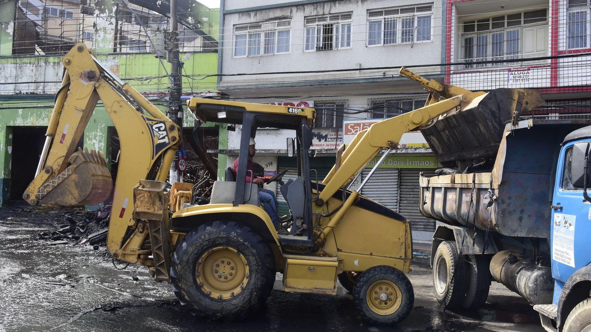 Data: 23/09/2019 - ES - Vitória - Incêndio que destruiu o depósito da loja Alves e couros na Vila Rubim - Lojas foram interditadas nas imediações de onde aconteceu o incêndio, na Vila Rubim - Na foto, trator e caminhão iniciaram limpeza do local ontem, retirando escombros - Editoria: Cidades - Foto: Ricardo Medeiros - GZ