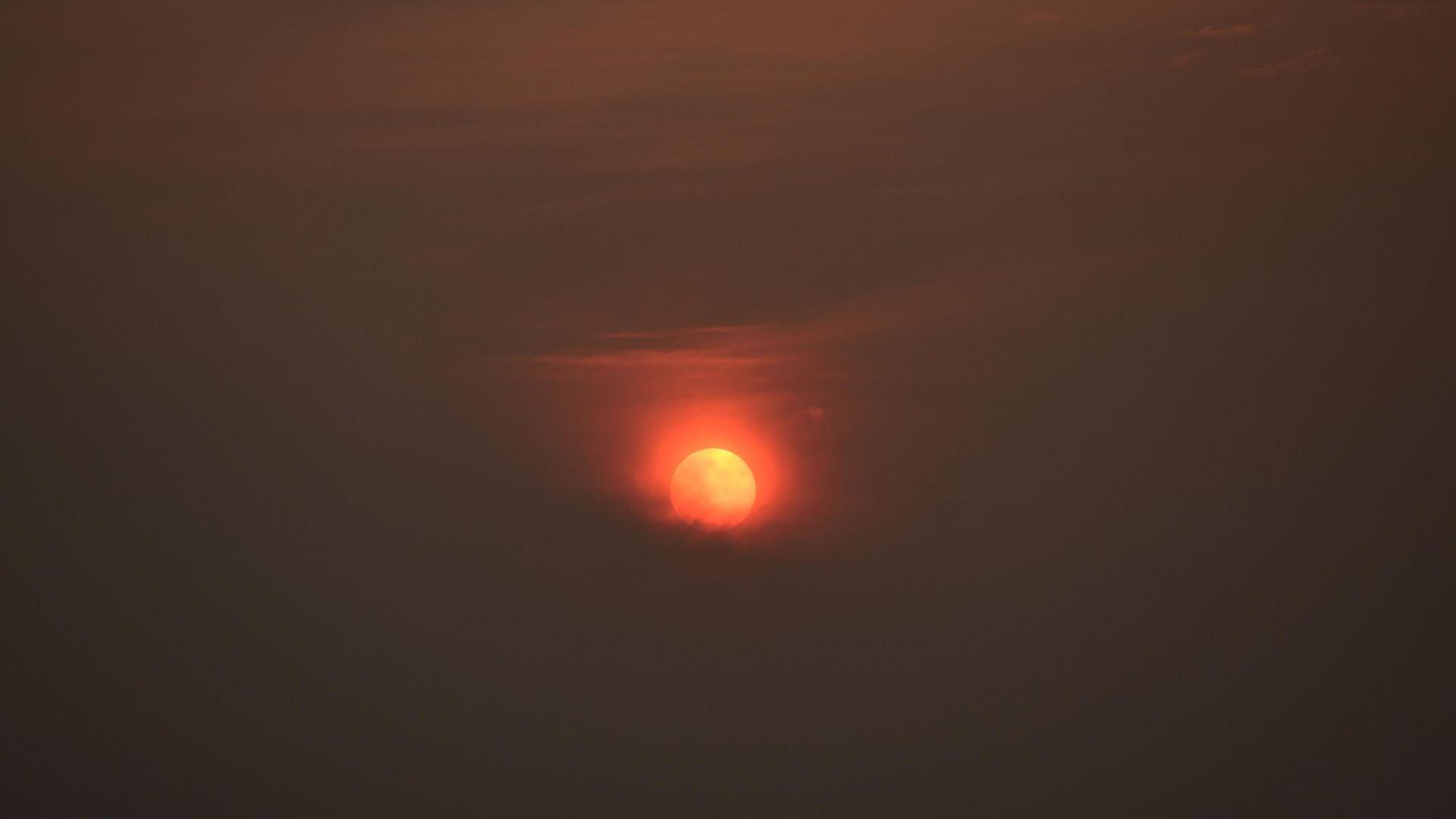 PASSO FUNDO,RS,11.09.2020:PÔR-SOL - Pôr do sol visto do centro de Passo Fundo (RS), nesta sexta-feira (11). O Estado do Rio Grande do Sul é o mais afetado pela fumaça das queimadas no Pantanal. Há também focos de queimadas no próprio Estado, Uruguai e Argentina. (Foto: Diogo Zanatta/Futura Press/Folhapress)