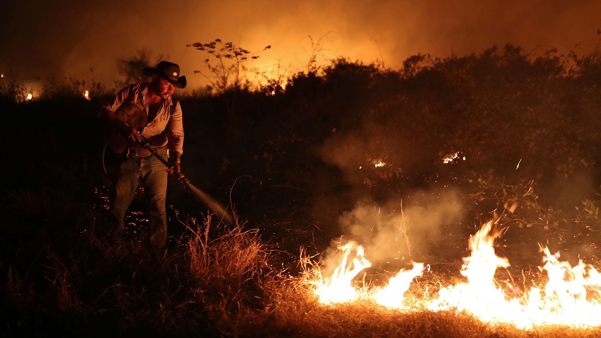 Sebastião Baldi Silva Junior, 40, que trabalha em uma fazenda, tenta apagar um incêndio em uma fazenda no Pantanal, a maior área úmida do mundo, em Pocone, Mato Grosso, Brasil, 26 de agosto de 2020. TPX IMAGENS DO DIA PROCURE ESTA HISTÓRIA
