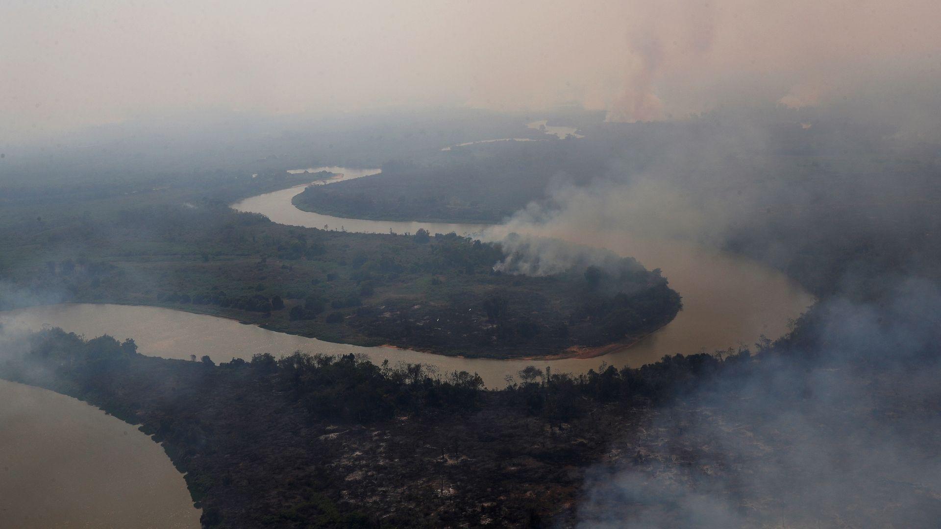 Uma vista aérea mostra a fumaça subindo no ar ao redor do rio Cuiabá no Pantanal, a maior área úmida do mundo, em Pocone, estado do Mato Grosso, Brasil, 28 de agosto de 2020. REUTERS / Amanda Perobelli PROCURE
