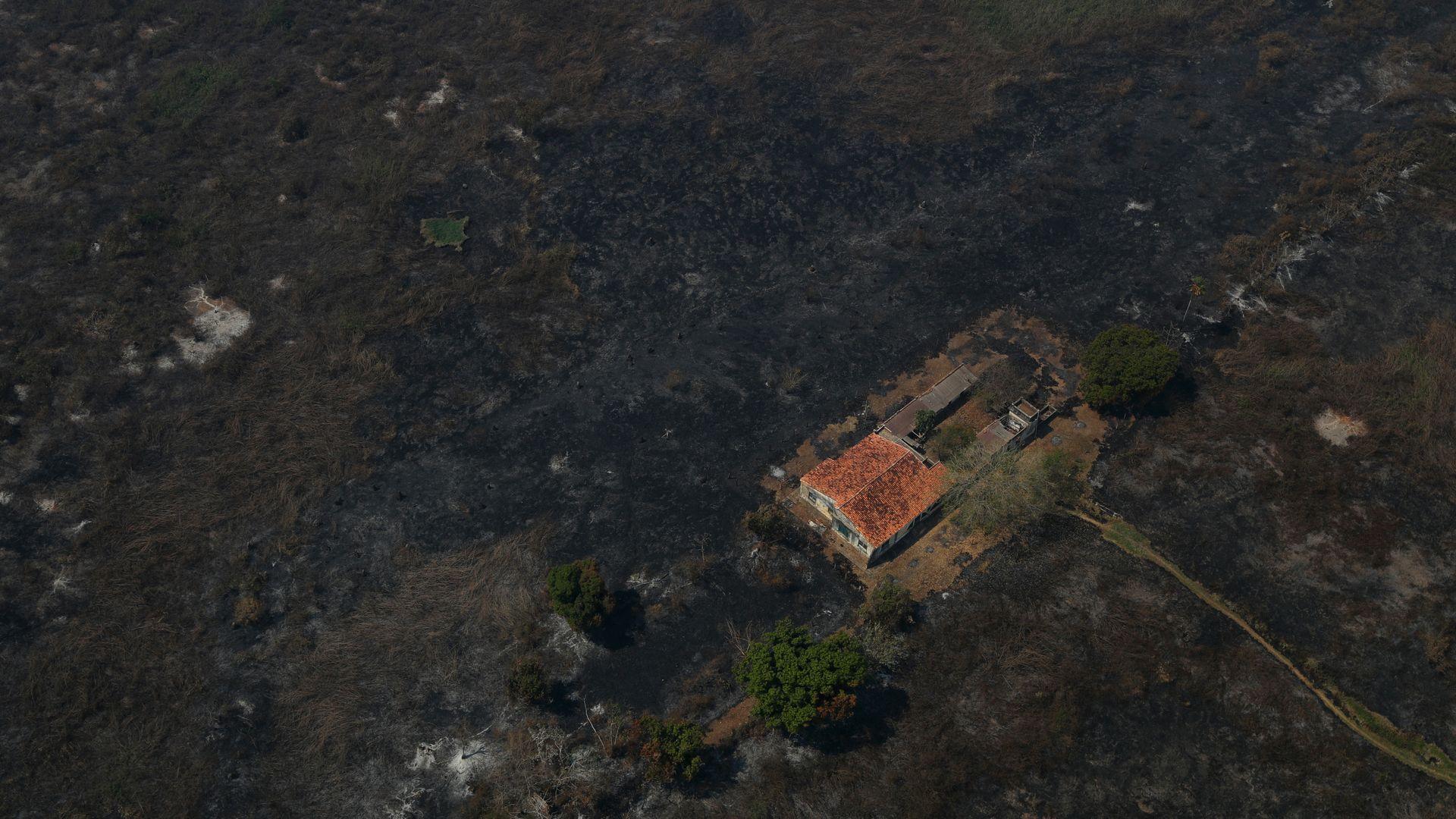 Uma vista aérea mostra uma casa cercada por vegetação queimada no Pantanal, a maior área úmida do mundo, em Pocone, Mato Grosso, Brasil, 28 de agosto de 2020. REUTERS / Amanda Perobelli