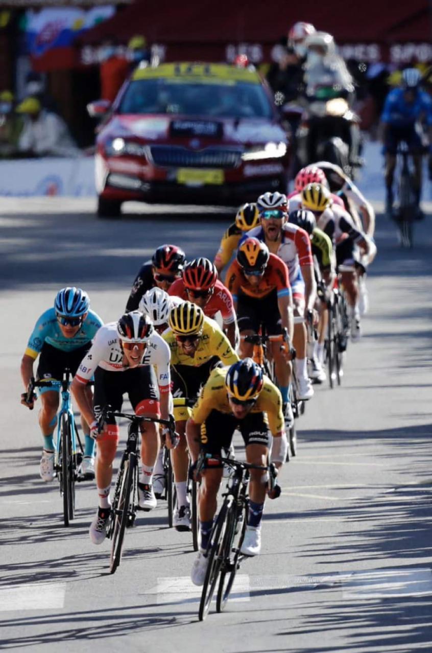 Crédito: Tour de France segue com os eslovenos Roglic (amarelo e Pogacar (branco) na liderança (Divulgação)