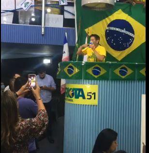 Capitão Assumção mostra caixa de cloroquina durante convenção do Patriotas