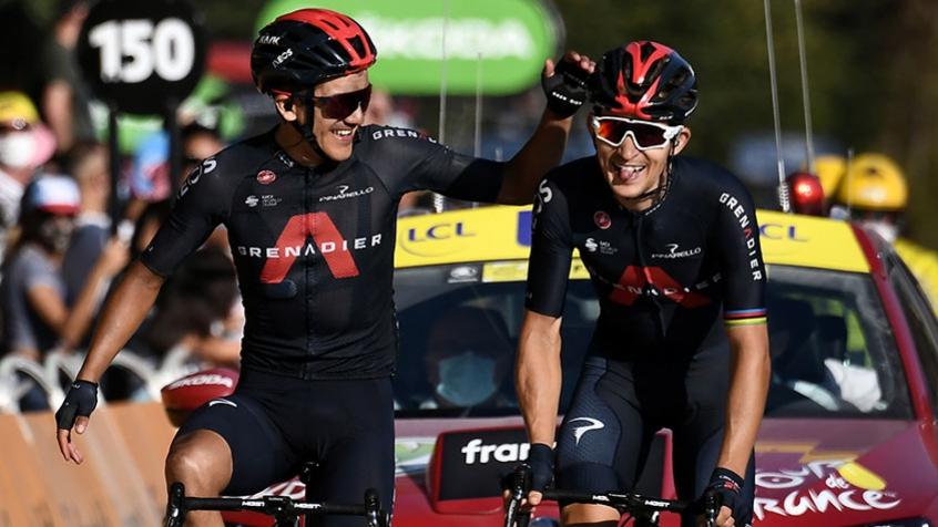 Crédito: Carapaz faz um carinho em Kwiatkowski , seu parceiro na equipe Ineos, no momento que cruzam a chegada desta quinta do Tour de France. Faltam três etapas e o esloveno Roglic está com o título bem encaminhado (AFP