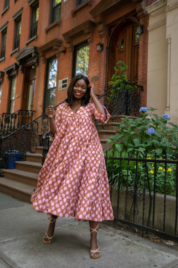 Breezy Dress tem recortes de camadas no comprimento