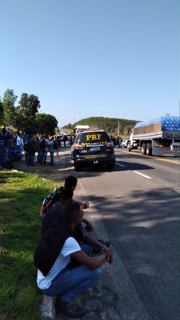 Protesto de metalúrgicos interdita a BR 101 em São Mateus