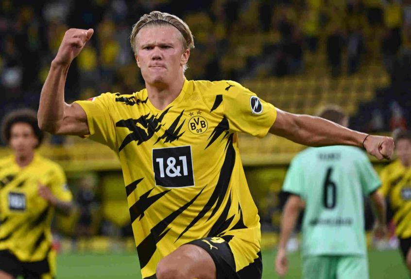 Crédito: Haaland tem ótimas lembranças de confronto contra o Augsburg pela Bundesliga (INA FASSBENDER / AFP